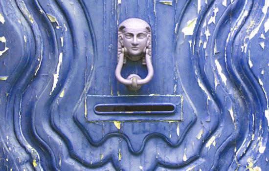 kontakt Tür mit Klopfer und Briefkasten